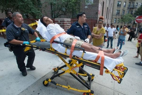 消防人員表示此女性於救援時還一度反抗,目前已送醫,將會評估是否有精神疾病。(圖擷取自New York Post)