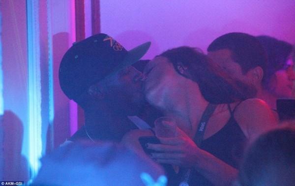 波爾特與另一名長髮女子在夜店忘情熱吻。(圖片擷取自《每日郵報》)