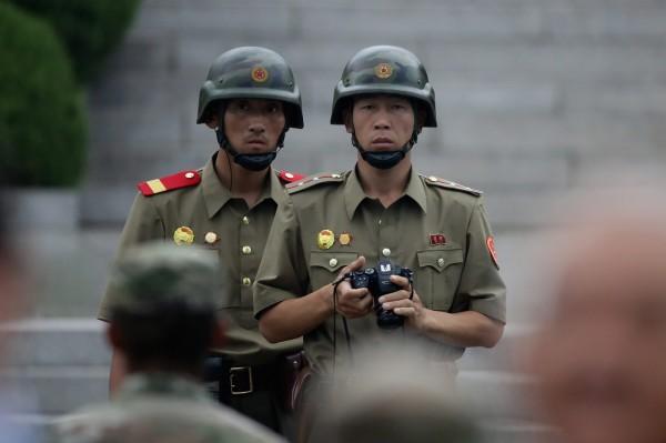 在板門店共同警備區拿著相機持續紀錄南韓軍人和聯合國官員活動的北韓軍人。(資料照,歐新社)