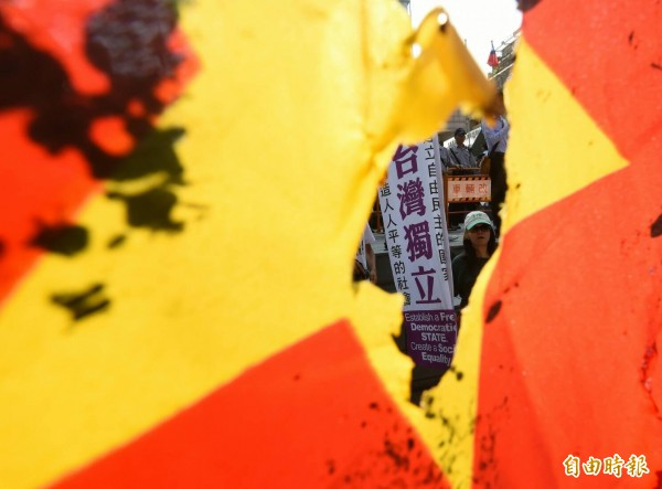 雙城論壇場外,台聯與獨派團體抗議。(記者廖振輝攝)