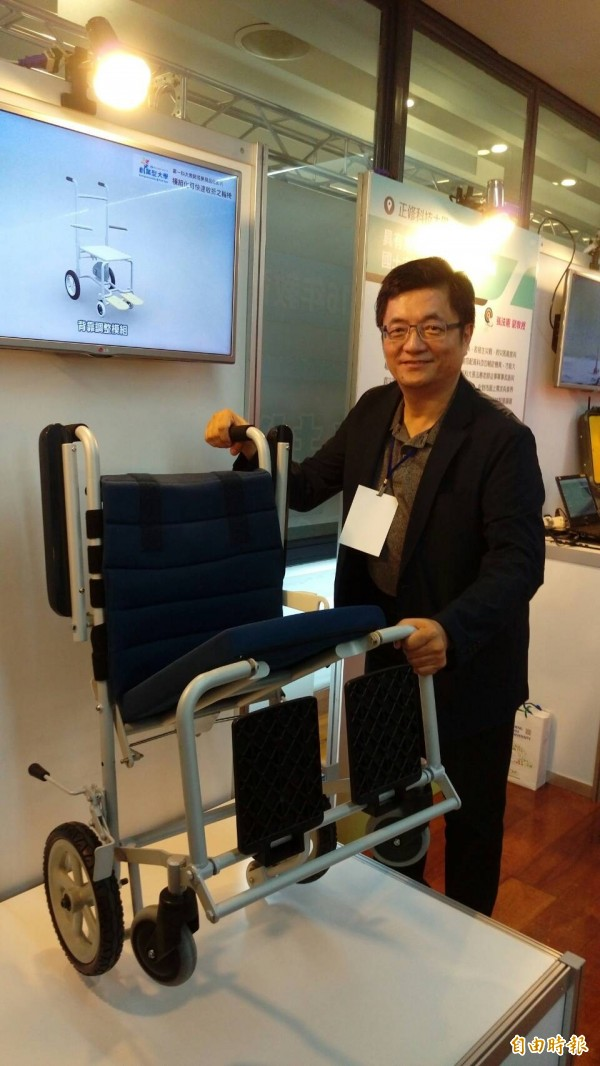 高雄第一科技大學創新設計系助理教授宋毅仁則研發「模組化可快速收折輪椅」,有別於傳統輪椅左右收折的方式,利用前後收折,將體積縮減至傳統輪椅的五成。(記者李盈蒨攝)