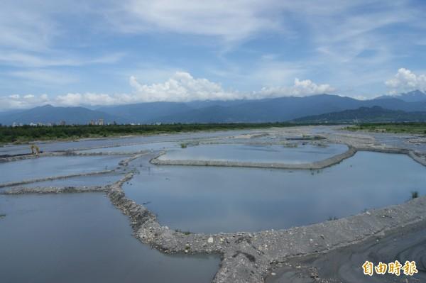 中華大橋下的「梯田」對河床形成水覆蓋,抑制揚塵,也形成獨特景觀。(記者黃明堂攝)