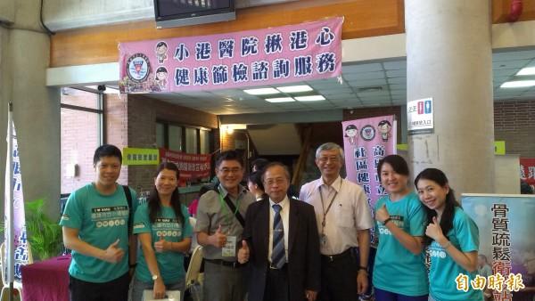 光華國中校長林建志(左三)豎起大拇指讚賞小港團隊的服務。(記者洪定宏攝)