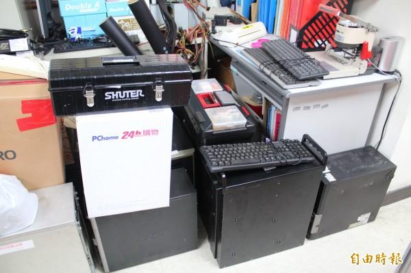 新竹縣警察局保安科門裡、門外堆放了很多早已淘汰的監視器主機,等著該科的「監視器葉克膜小組」搶救還堪用的,重新用「後備軍人」身分上線服勤。(記者黃美珠攝)