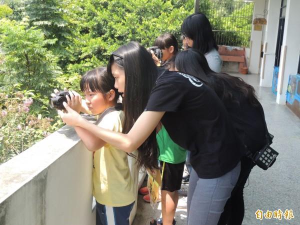 LG敢夢計畫,大學生教偏鄉學童玩單眼。(記者蔡政珉攝)