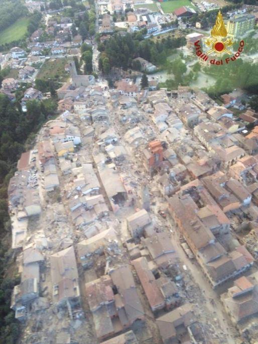 地震後的空拍圖,可以看到阿瑪特里斯崩壞嚴重。(圖擷自twitter)