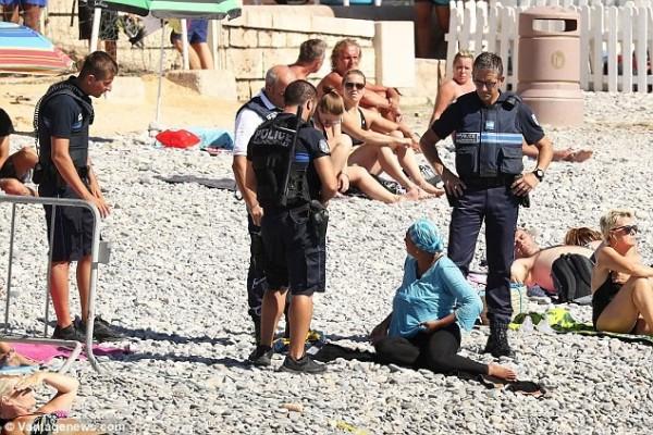 法警強力執法,要求穆斯林婦女脫掉布基尼。(圖片擷取自《每日郵報》)