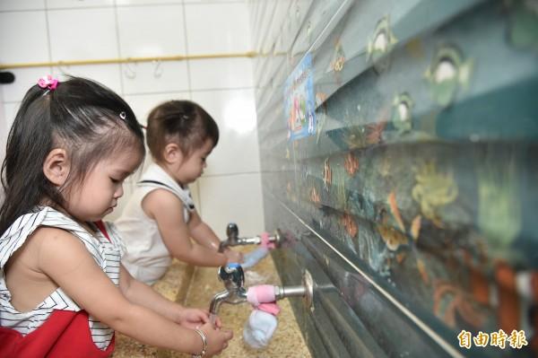 衛生局呼籲,開學後學童群聚,家長務必提高警覺,大人、小孩都要勤洗手。(資料照,記者張忠義攝)
