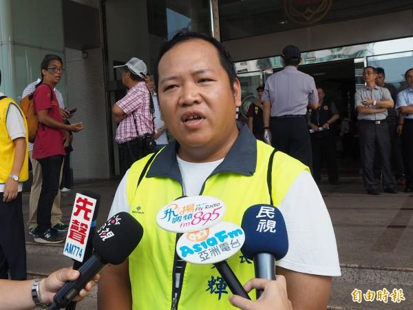 宏達電員工趙建輝表示,他因協助其他勞工爭取權利、檢舉公司機台噪音過大及未替勞工設置保護措施等,而以試用期考核未通過予以資遣。(記者陳昀攝)