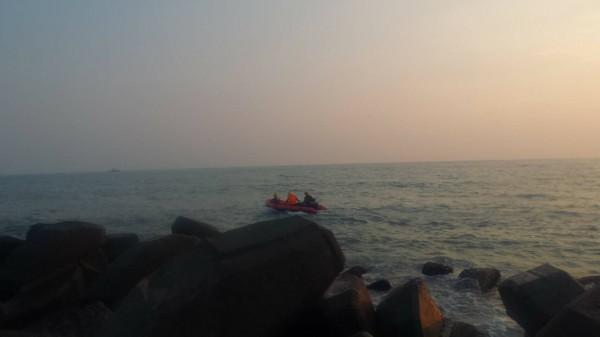 2名國中生今傍晚前往高雄茄萣海邊戲水,遭海浪捲走,高市消防局茄萣、湖內分隊出動6車、12人和2艘橡皮艇搜救中。(記者蘇福男翻攝)