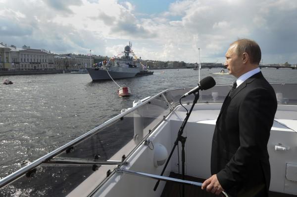 俄羅斯國防部表示,總統普廷宣布在地面和黑海、裏海舉行臨時軍演。(美聯社)