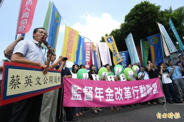 九三軍公教勞遊行行前記者會今日在台北舉行,主辦單位說明並以行動劇表達訴求。(記者方賓照攝)