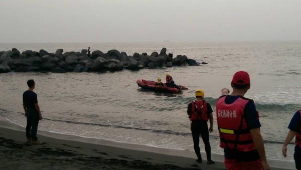 4名國中生今天傍晚前往高雄茄萣海邊戲水,其中1人遭海浪捲走,另1人見狀下水救人,結果也遭大浪捲走,均下落不明,稍晚才被陸續救起送醫。(記者蘇福男翻攝)