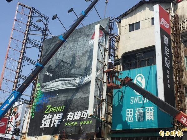 台東市破損招牌開始拆除。(記者張存薇攝)