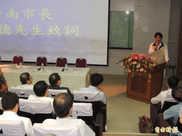 南市長賴清德(右立)在航空產業發展論壇致詞。(記者王俊忠攝)