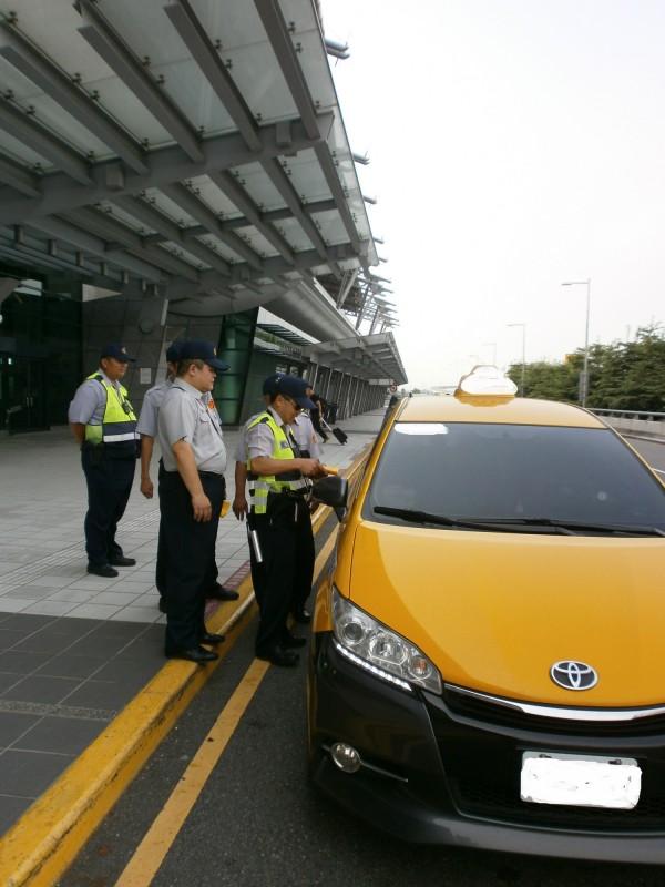 高鐵台中站二樓1A、1B門口計程車違規攬客問題嚴重。(記者何宗翰翻攝)