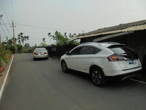 銀色Lancer製造擦撞白色Luxgen的假車禍景象。(記者邱芷柔翻攝)