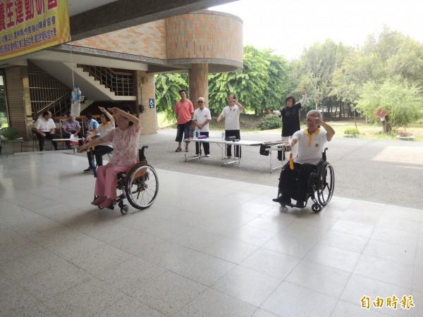 身障的太極拳教練示範輪椅太極拳,還能舞弄刀棍劍棒。(記者廖淑玲攝)
