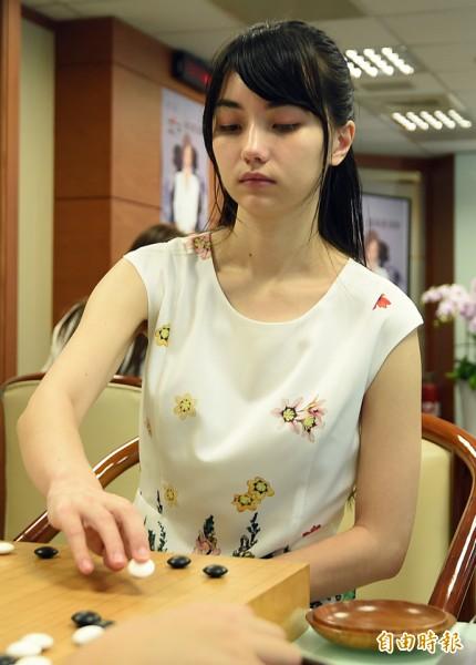 「第二屆圍棋女子最強戰」昨進行冠軍戰,職業七段女棋士黑嘉嘉成功衛冕。(資料照,記者廖振輝攝)