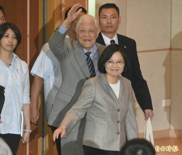總統蔡英文表示,二十年前台灣人民完成總統直選;二十年後的今天,新政府會把民主深化的棒子接下來,繼續走下去。(記者廖振輝攝)