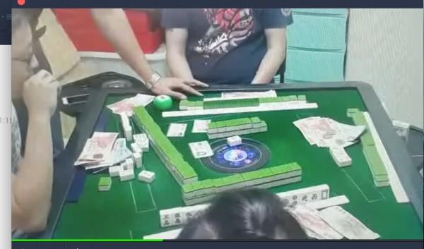 男子曾芳逸在捷運江子翠站旁開設賭場,新北市海山警方佯裝賭客混入,破獲賭場。(記者吳仁捷翻攝)