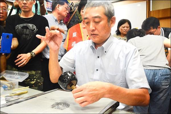 日本蒔繪師山崎夢舟現場示範技法。(豐原區公所提供)