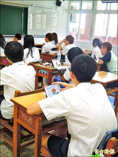 中崙高中國中部八年級學生參加暑輔時試用,一個月完全採平板上課、並可帶回家。老師也評估效果,認為學生學習效率、專注度確實有提升。(記者梁珮綺攝)