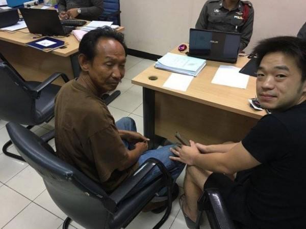 30歲的皮夾失主彭可安果斯(Niity Pongkriangyos)很驚訝錢包內的東西一樣都沒少,在警局內當場贈與瓦勒普2000泰銖(約新台幣1911元),還給了他一份工作。(圖擷自Sandakoo臉書帳號)