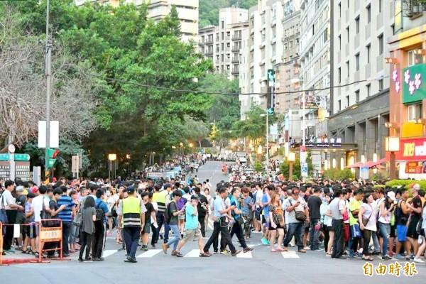 媒體預測,台灣寶可夢熱潮可能在開學後逐漸退燒。(圖為北投公園萬人抓怪資料照,記者郭逸攝)