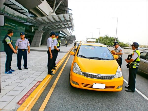 高鐵台中站二樓轉運層違規攬客的計程車相當多,今天起將強力取締。(烏日警分局提供)