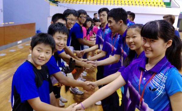 白河國中學生暑假參加台日中文化體育交流,與日本隊交換禮物,留下深刻的學習經驗。(圖由白河國中提供)