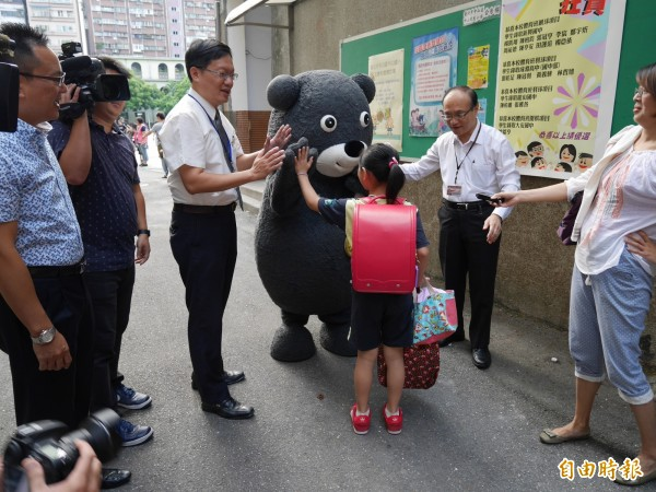 世大運超人氣吉祥物「熊讚Bravo!」今來到中山國小,和小朋友們擊「熊掌」鼓舞精神。(記者沈佩瑤攝)