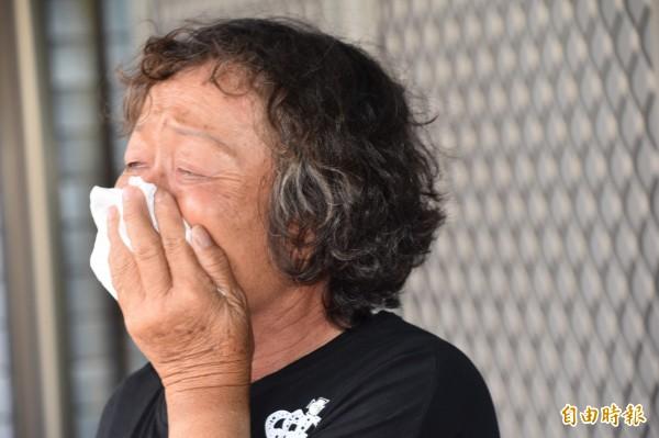 黃妻忍不住落淚說,每次想起飛彈誤炸死丈夫事件,「就像針在刺我的心!」(記者蘇福男攝)