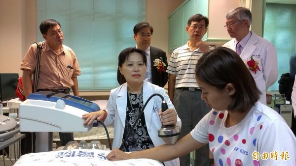 李佳玲醫師(前排左)示範新購的震波儀。(記者洪定宏攝)