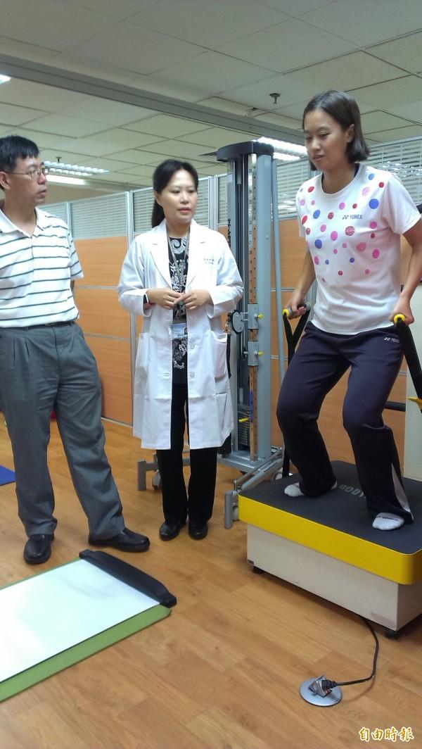 唐琬貽(右)體驗運動治療區設施。(記者洪定宏攝)