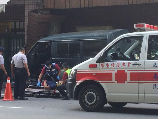 車禍又頭部中彈男子,被台上擔架,準備送醫搶救。(民眾提供)