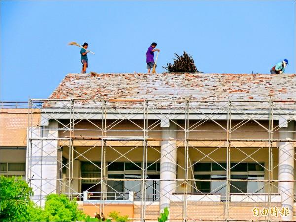 東海國中在開學日無法復原完成,校區鷹架林立。(記者黃明堂攝)