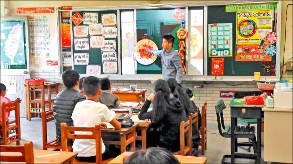 南市小學二年級二節英語課,這學期起採全英語教學。(記者洪瑞琴翻攝)