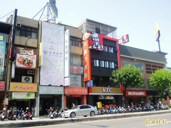 五福國中旁的五福路,速食店土洋大戰開打。(記者葛祐豪攝)