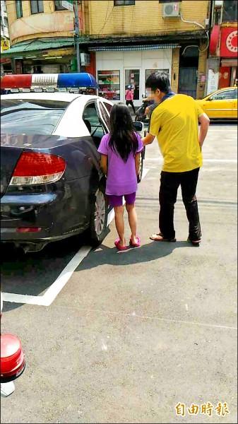 鍾少當著妹妹(左)的面跳樓,父親(右)無法相信。 (為保護當事人,照片經變色、馬賽克,記者余衡攝)