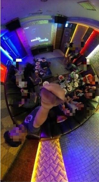 桃園機師公會幹部在KTV唱歌,自拍照片放在臉書上。(記者姚介修翻攝)