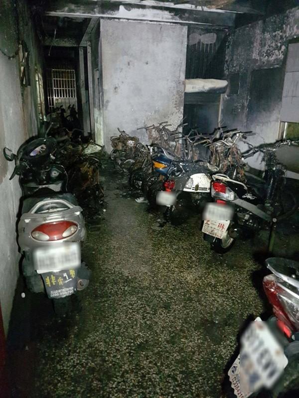 公寓1樓內部機車停車區有20多部機車燒毀。(記者陳文嬋翻攝)