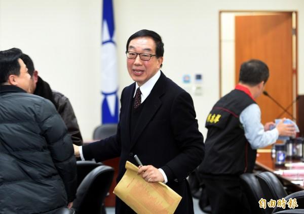 獨立評論員曹長青表示外界都在懷疑兆豐銀行可能幫國民黨洗錢,其實有一個人物是鑰匙,那個人就是國民黨中常委劉大貝(中)。(資料照,記者張嘉明攝)