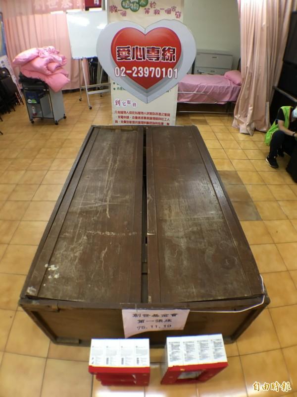 創世基金會展示30年前創立之初第一張安置植物人的床,其實是創辦人曹慶從街上撿來的廢棄衣櫥。(記者陳炳宏攝)
