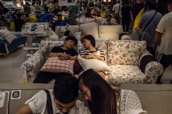 中國消費者總喜歡在IKEA的樣品上小睡一會。(圖擷取自《紐約時報》)