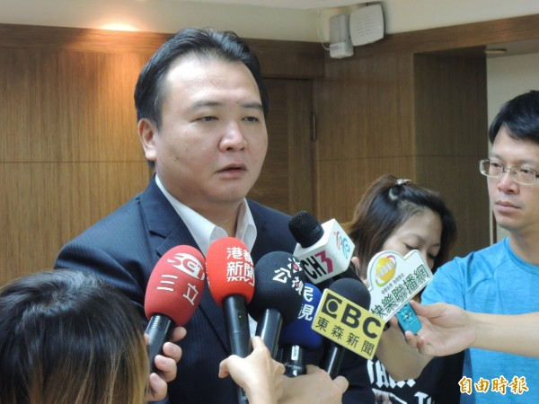 高市副市長許立明上午說明高市府對氣爆國賠案的立場(記者王榮祥攝)