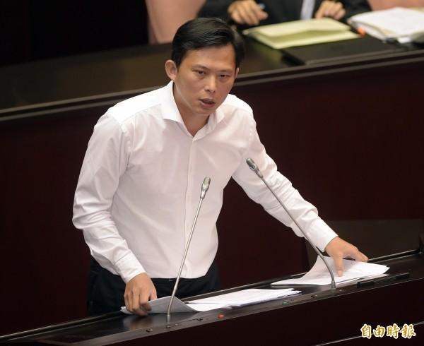 黃國昌表示,「不當黨產處理委員會」設有吹哨者獎勵金300萬元,歡迎大家一起來檢舉不當黨產。(資料照,記者黃耀徵攝)