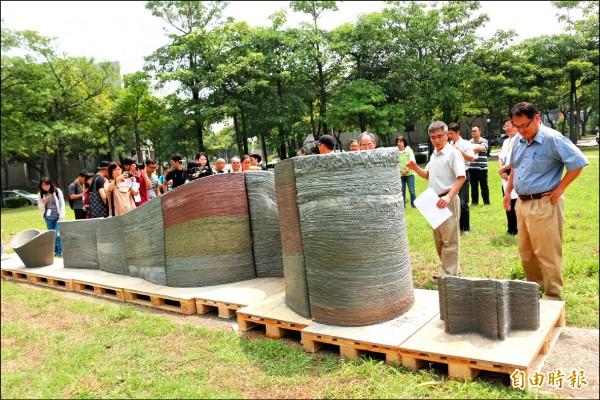 用機械人3D列印出來的水泥牆,呈現傳統工法難以施做的曲面。(記者詹士弘攝)