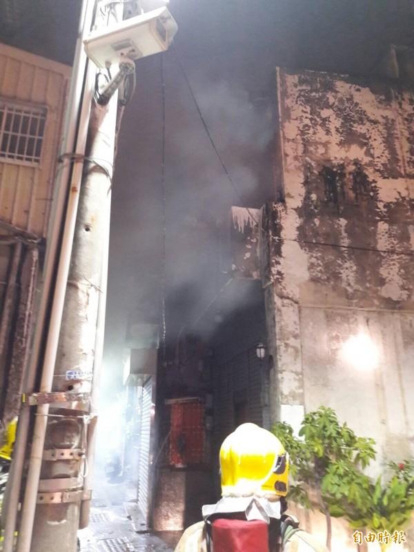 一場大火差點蔓延到中西區的古蹟,所幸消防局搶救成功。(記者王捷攝)
