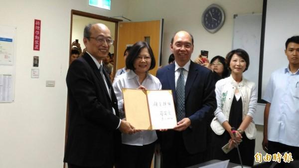 奇景光電董事長吳炳昇(前左)請蔡英文總統簽名留念。(記者王俊忠攝)